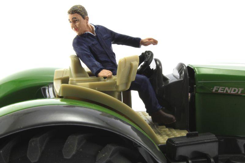 AT Collections 32114 - Tim auf dem Traktor Siku Fendt Vario rechts