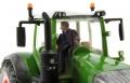 AT Collections 32114 - Tim auf dem Traktor Siku Fendt Vario vorne nah