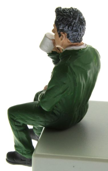 AT Collections 332129 - Justin trinkt Kaffee hinten links