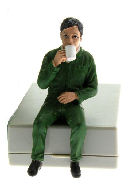 AT Collections 332129 - Justin trinkt Kaffee vorne