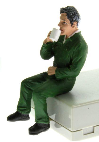 AT Collections 332129 - Justin trinkt Kaffee vorne links