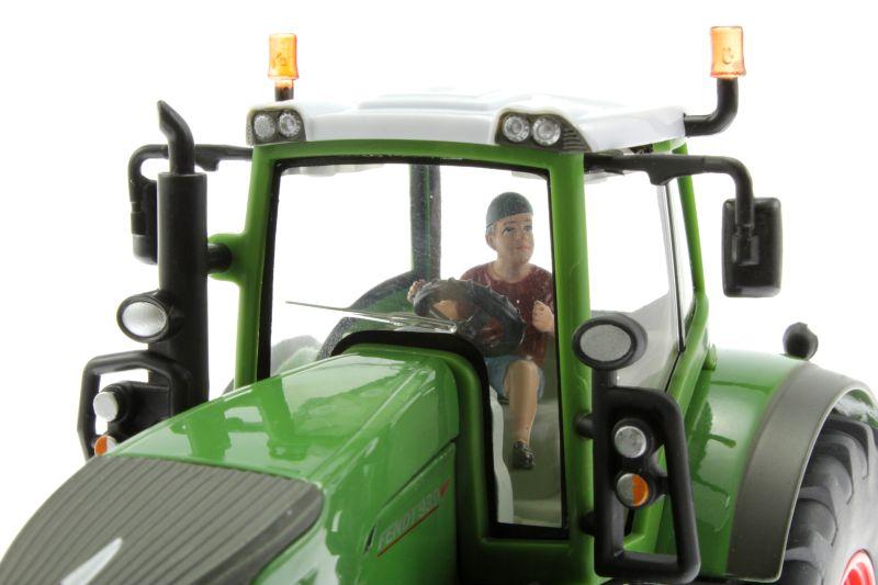 AT-Collections 32141 - Teenager Jaff fährt Traktor auf Siku Trecker nah