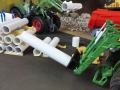 Siku Control 32 - John Deere 7R mit Tragdorn und Rohr ganz nah