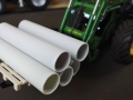 Siku Control 32 - John Deere mit langer Palettengabel und Rohren nah