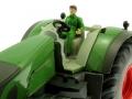 Britains 43203 - Sitzender Fahrer grün im Siku Traktor 1:32 Fendt nah
