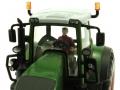 Britains 43203 - Sitzender Fahrer rot im Siku Traktor 1:32 Fendt