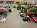 Farmworld Fehmarn - Zwei Fendt Traktoren vor der Scheune