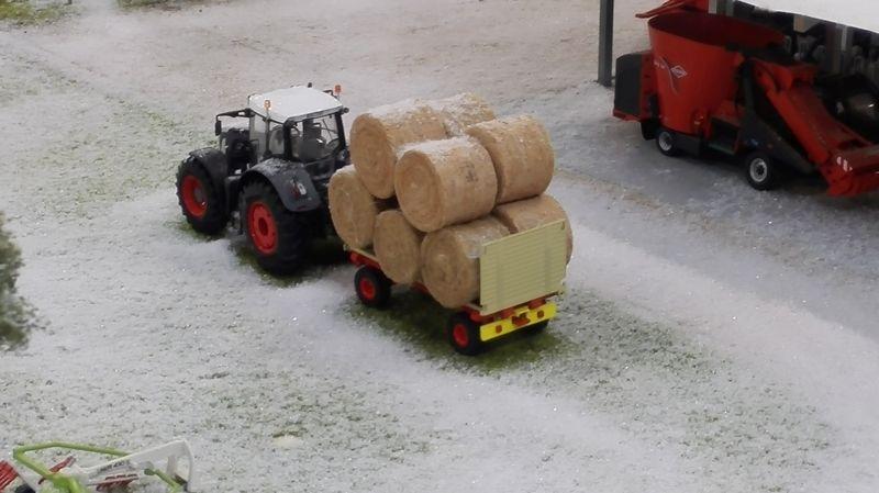 Farmworld Fehmarn Winter 2014 - Strohballen auf Anhänger