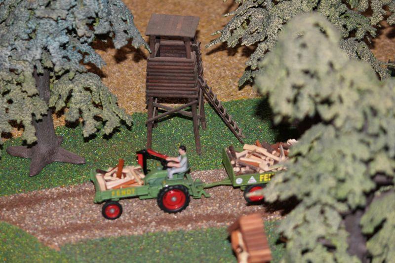 Fendt Trecker mit Holz beladendem Anhänger