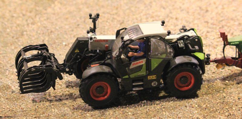 Field & Fun - Claas Scorpion 7044 mit Reisiggabel