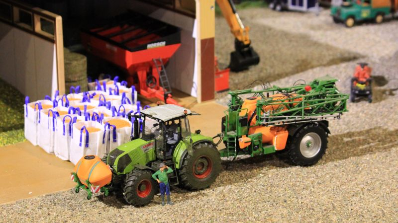 Field & Fun - Claas Traktor mit Amazone Feldspritze