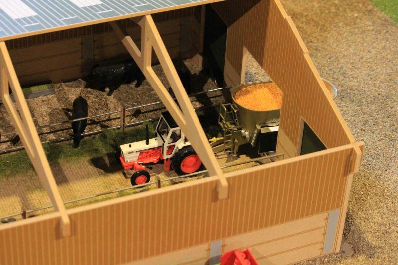 Field & Fun - Fütterung im Kuhstall