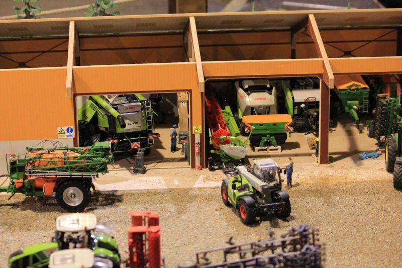 Field & Fun - Halle mit Landmaschinen