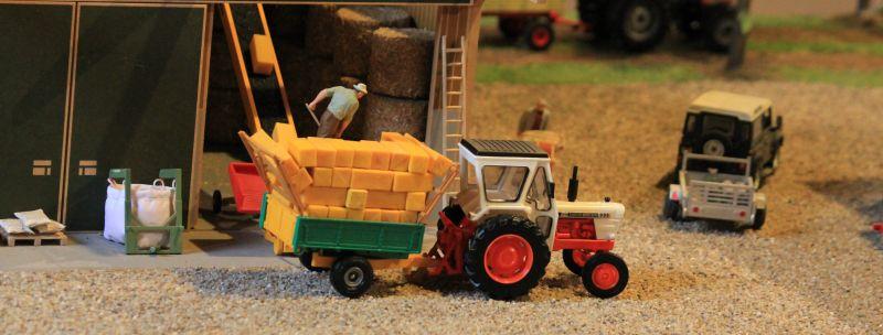 Field & Fun - Landwirt läd Strohballen ab