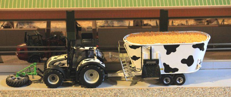 Field & Fun - Valtra N-Serie mit Kuhflecken mit Futterwagen