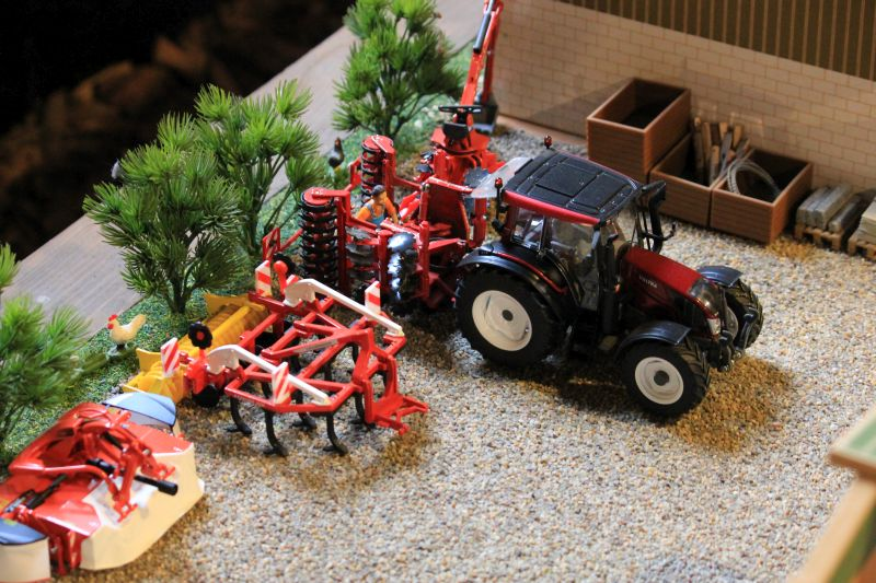 Field & Fun - Valtra Traktor Rot/Metallic