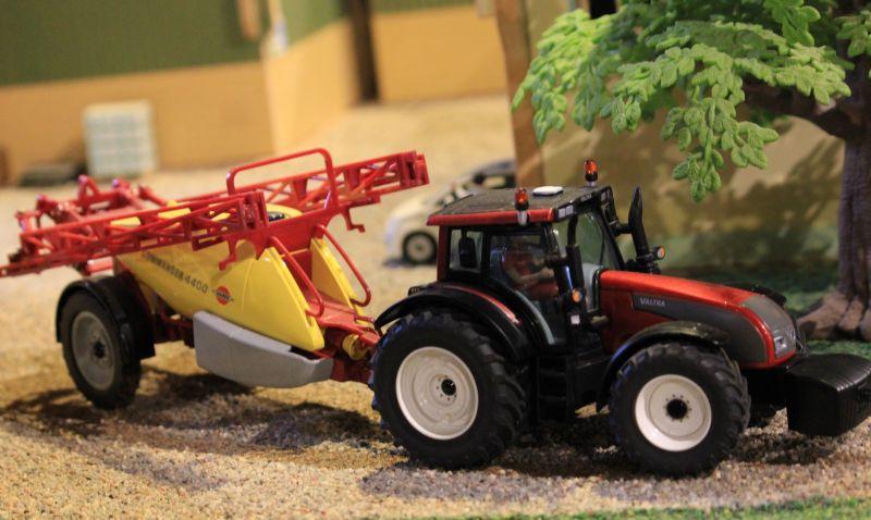 Field & Fun - Valtra Traktor mit Commander 4400 Feldspritze