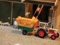 Field & Fun - Landwird beim Abladen von Strohballen