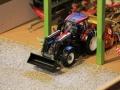 Field & Fun - Valtra Traktor in der Halle