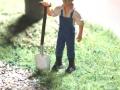 field&fun - Mann mit Schaufel