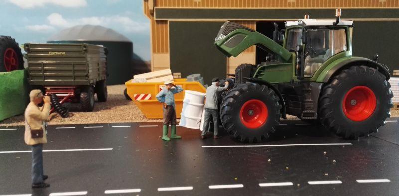 Diorama 1:32 - Bauer repariert Traktor mit Fotograf
