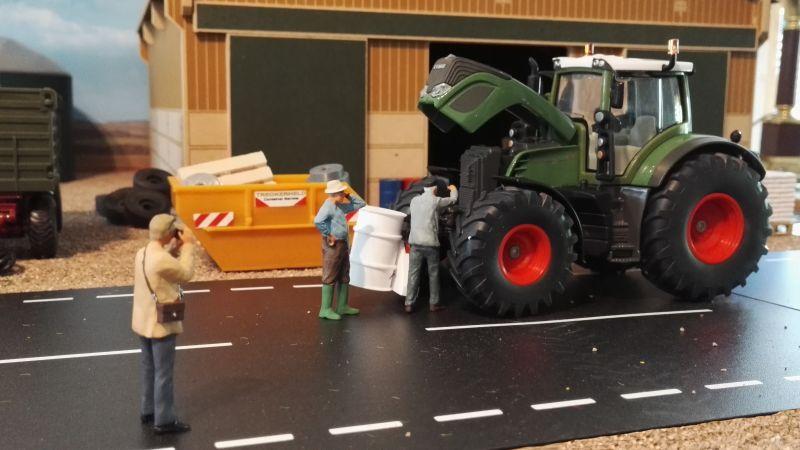 Diorama 1:32 - Bauer repariert Traktor mit Kameramann