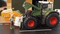 Diorama 1:32 - Bauer repariert Traktor davor