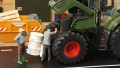 Diorama 1:32 - Bauer repariert Traktor nah