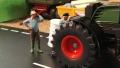 Diorama 1:32 - Bauer repariert Traktor links nah