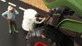 Diorama 1:32 - Bauer repariert Traktor von oben