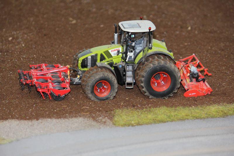 Farmworld Fehmarn Juni 2016 - Claas Traktor mit Doppelreifen