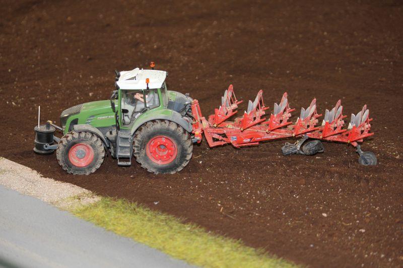 Farmworld Fehmarn Juni 2016 - Fendt Traktor mit Fass Frontgewicht und Pflug