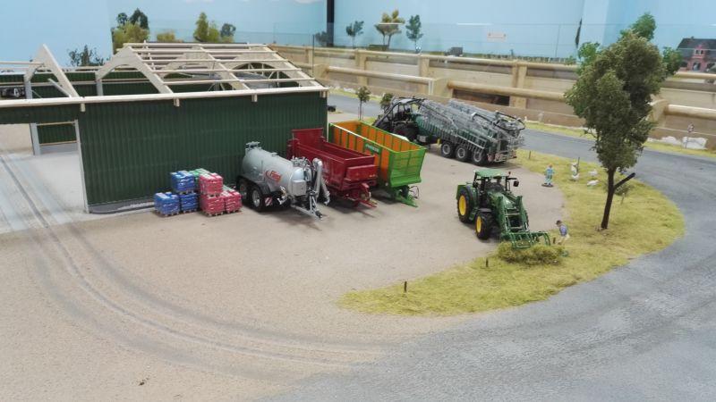 Farmworld Fehmarn Juni 2016 - John Deere mit Heugabel