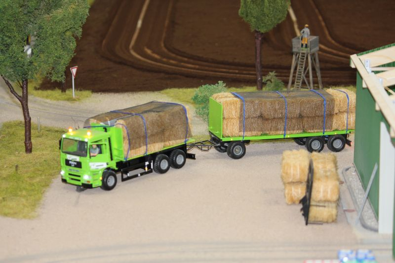 Farmworld Fehmarn Juni 2016 - LKW mit Strohballen
