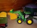 Siku Control - John Deere 7R mit Frontlader beim Mais verladen
