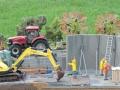 Miniaturbeton - Bagger auf Baustelle