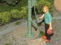 Miniaturbeton - Brunnenpumpe mit Mann