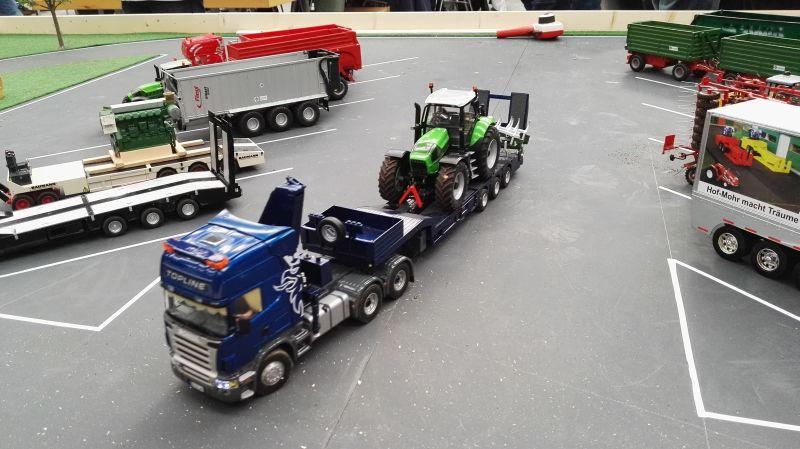 Modellbau Schleswig Holstein in Neumünster 2016 - LKW mit Deutz Fahr Traktor