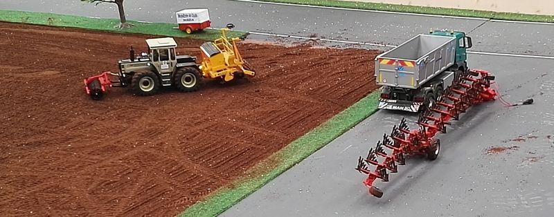 Modellbau Schleswig Holstein in Neumünster 2016 - MB Trac beim Pflügen