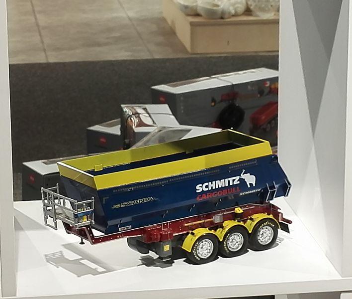 Möbel Kraft 2017 - Scania Schmitz Cargobull mit Ladewanderhöhung