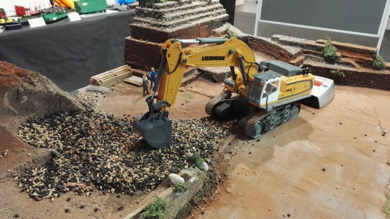 Möbel Kraft 2017 - Siku Bagger Liebherr 980 von vorne