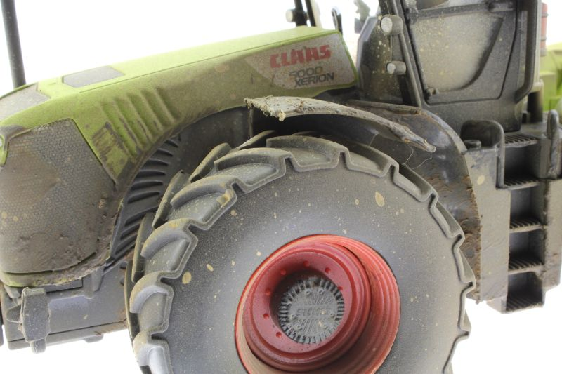 Siku 3271 - Claas Xerion 5000 Verschmutzt vorne links nah