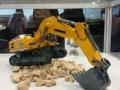 Siku 6740 - Liebherr R980 SME Raupenbagger Control 32 von der Seite