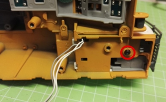 Fahrer Figur Einbau für den Siku Liebherr Bagger 6740 Schraube