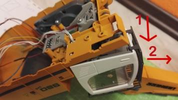 Fahrer Figur Einbau für den Siku Liebherr Bagger 6740 Kabine lösen