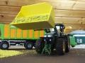 Siku Control - John Deere 7R mit gelber Schaufel und Silage vorne