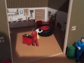 Mechaniker schiebt Werkzeugwagen