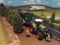 Siku Control Traktor mit Werkzeugfass und Forstarbeiter