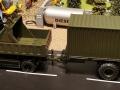 Siku Volvo LKW mit Anhänger 20 Fuss Container Oliv Grün links