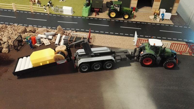 Mulden Container und Zubehör für Siku Hakenlift 6786 - Schwarze Mulde mit Fendt beim Abladen